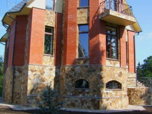 Облицовка цоколя дома Златолитом