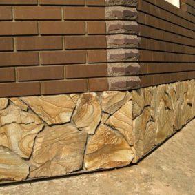 peschanik medovyj v oblicovke cokolja doma 283x283 - Облицовка фасада натуральным камнем