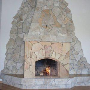 Отделка печей и каминов с помощью плитняка
