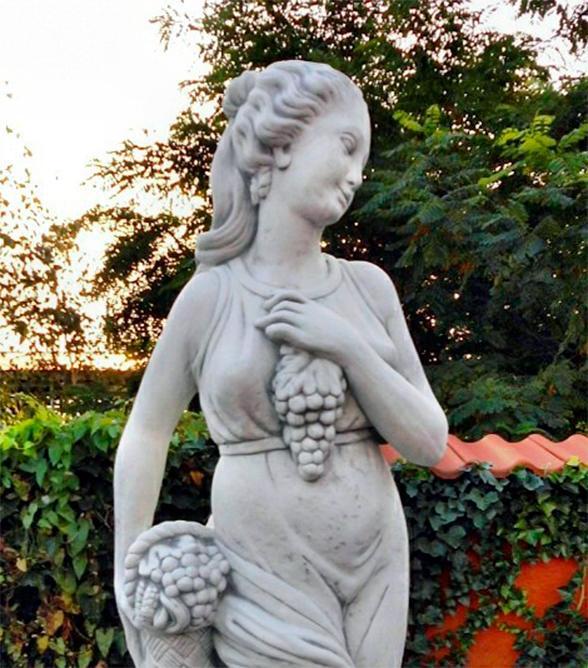 """Античная скульптура """"Девушка с виноградом"""""""