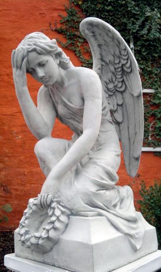 """Скульптура """"Скорбящий ангел с венком"""""""