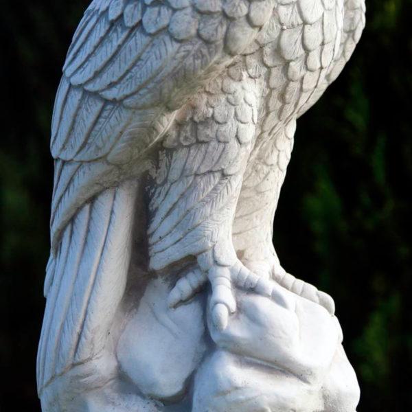 """Скульптура """"Сокол сидящий на камне"""""""