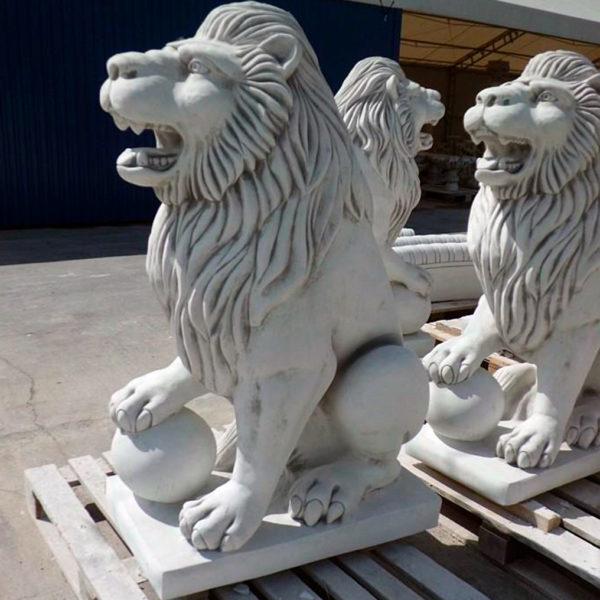 """Скульптура """"Лев сидящий с шаром"""""""