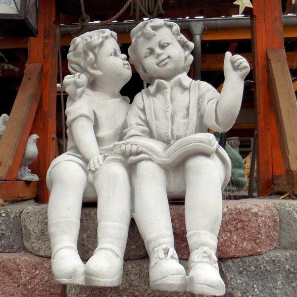 """Скульптура """"Мальчик и девочка, сидящие с книгой"""""""