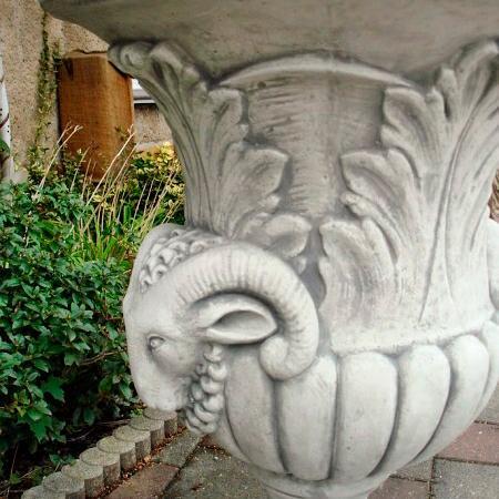 Вазон античный с головой барана